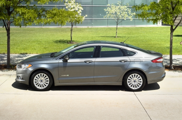 2016-Ford-Fusion-Hybrid-side-profile